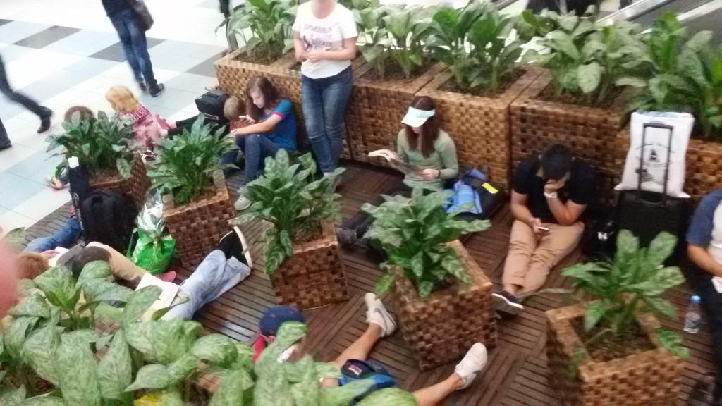 Бедные туристо в аэропорту Домодедово. Парятся в ожидании самолета.
