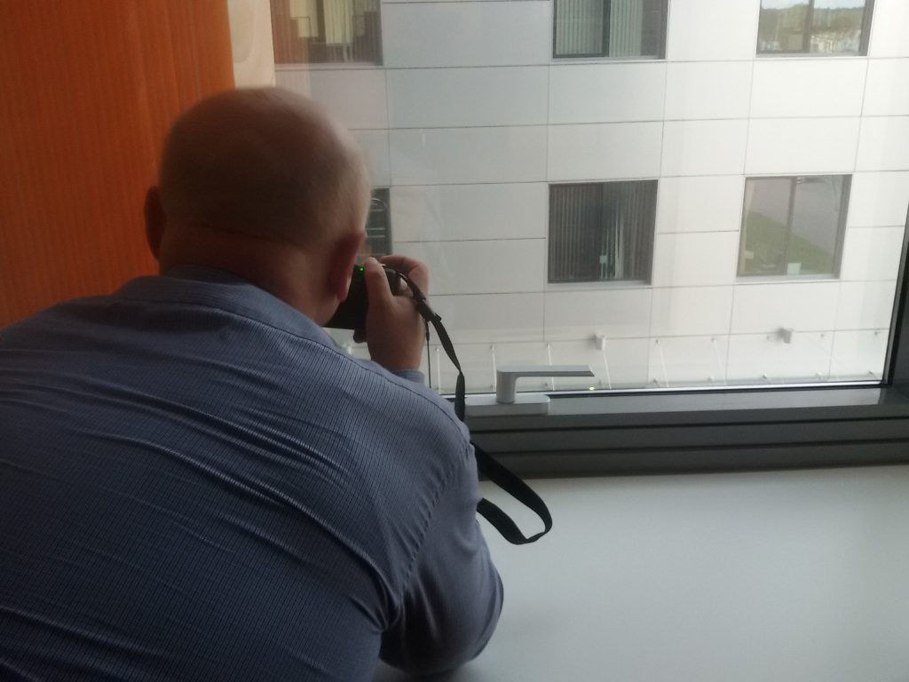 Играем в шпионов - что там видно через окно?